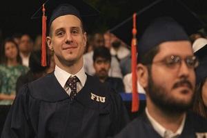 Un 'ingeniero sobre ruedas': la inspiradora historia de un joven parapléjico graduado de FIU
